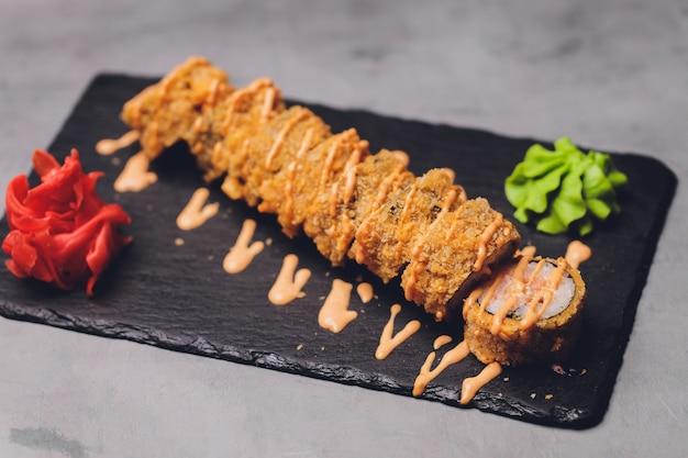 巻き寿司の天ぷら、日本食スタイル、伝統的な日本料理、カリカリのエビの天ぷらロール。