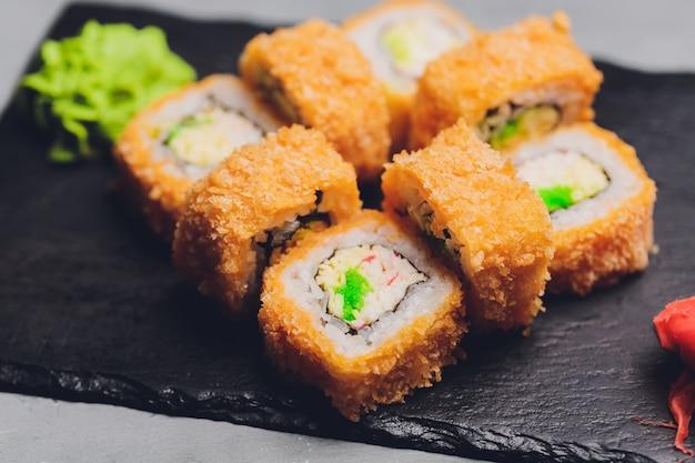 Суши роллы темпура, японская кухня, традиционная японская кухня, хрустящий ролл с креветками в темпуре.