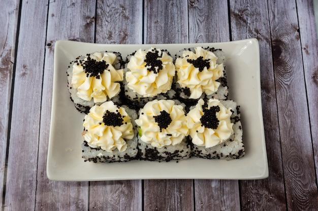 チーズと黒キャビアの巻き寿司