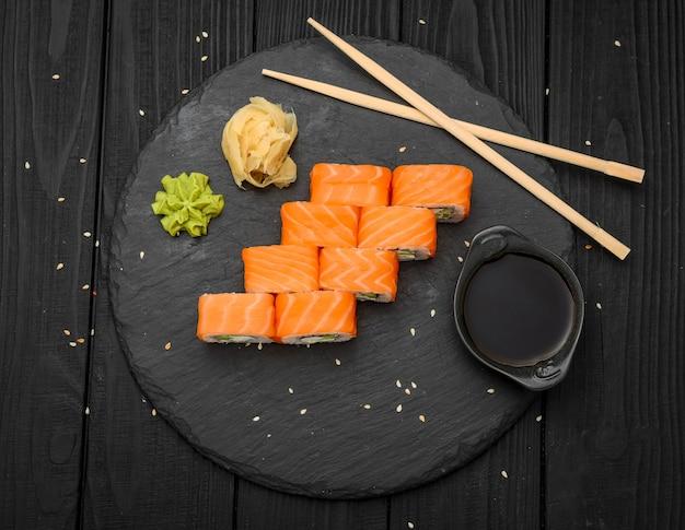 Суши роллы с сыром филадельфия, лососем и тунцом на черном