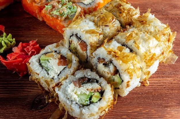 Суши-роллы с лососем и сыром