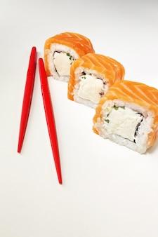 Суши-роллы с лососем и палочками для еды