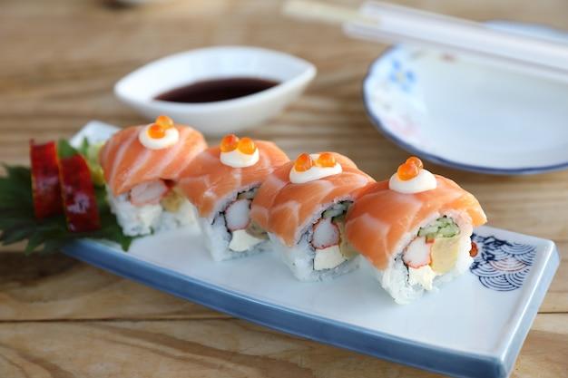 Суши роллы с лососем