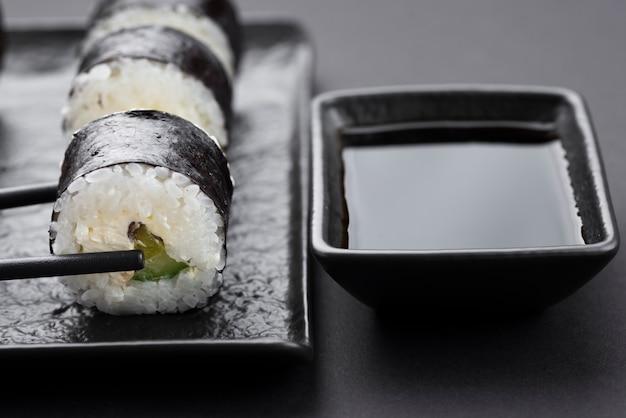 Суши роллы с соусом
