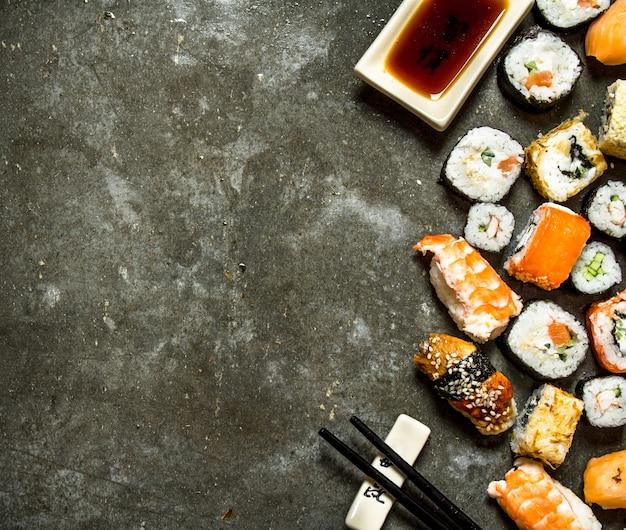 Суши-роллы с морепродуктами и соевым соусом.