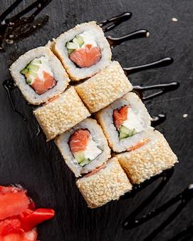 Суши роллы с кунжутом подаются с имбирем