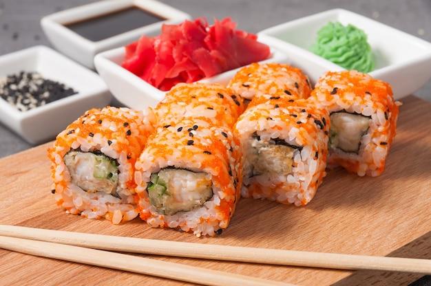Суши-роллы с креветками, огурцом и икрой тобико