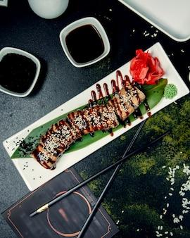 Суши роллы с соевым соусом и кунжутом