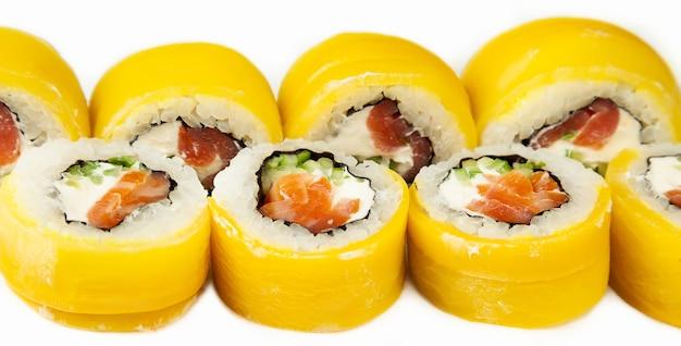 Суши-роллы с такуаном и копченым лососем