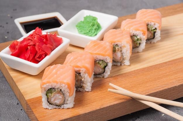 Суши-роллы с креветкой темпура, огурцом и лососем