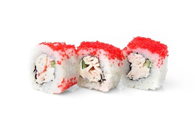 흰색 배경에 분리된 흰살 생선, 오이, 토비코 캐비어를 곁들인 스시 롤.