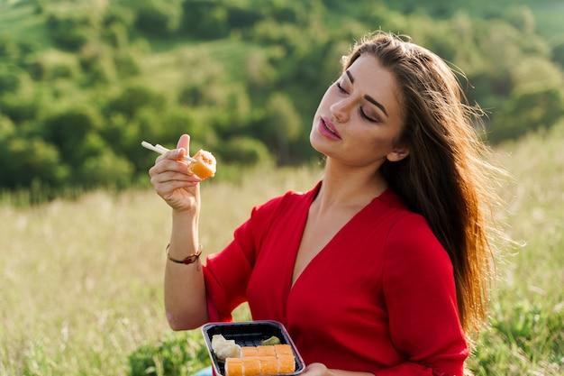 초밥 세트와 푸른 언덕에 소녀입니다.