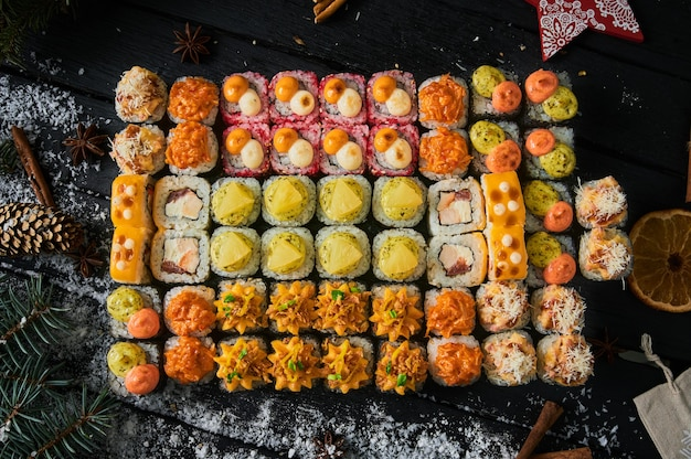木の板に寿司セットと巻き寿司。