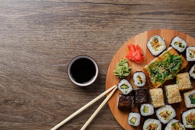 丸い木の板で寿司セット
