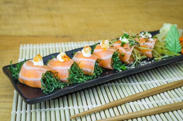 寿司セット(コンボ)。伝統的な日本料理、エレガントな雰囲気の中で飾られた高級寿司。