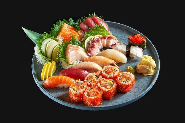 Суши-сет, состоящий из различных нигири сашими и урамаки с лососем, авокадо и икрой тобико