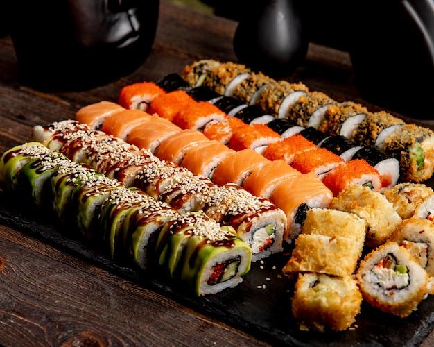 Горячие роллы с суши, авокадо, калифорния и роллы с лососем