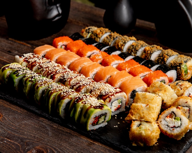 Sushi set hot rolls avocado california e involtini di salmone