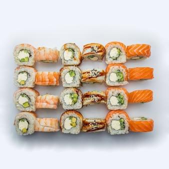 寿司セット。日本の寿司セット。さまざまな種類の役割。上面図。