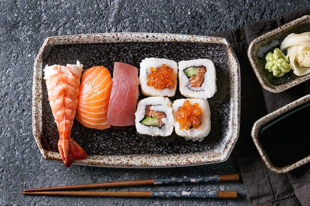 Суши сет нигири и роллы Premium Фотографии