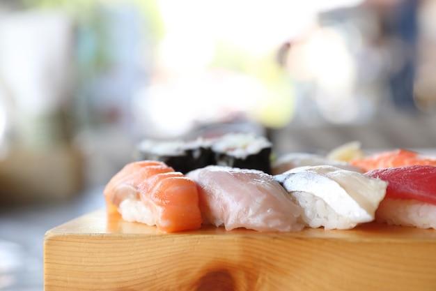 스시 세트 초밥과 스시 마키 나무와 수프, 일본 음식 제공