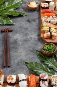 寿司セットにぎりと巻き寿司を木製トレイにコピースペースでクローズアップ