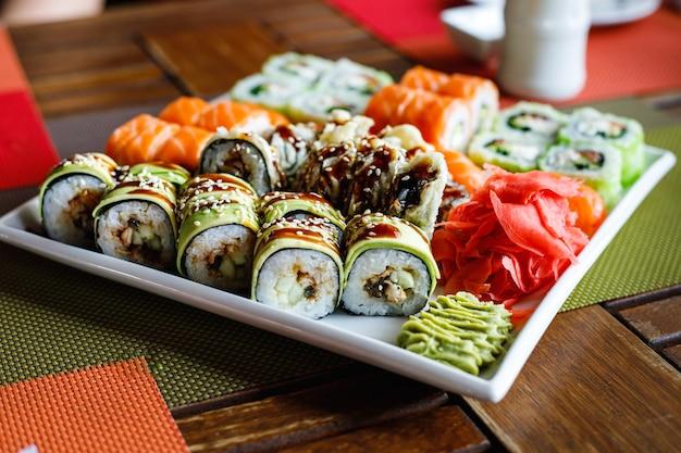 皿にさまざまな種類の寿司セット