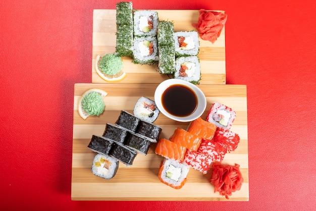 Суши-сет из роллов и маков, с лососем и икрой. крупный план. для любых целей.