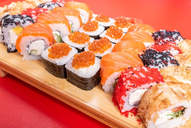 Суши-сет из роллов и маков, с лососем и икрой. с тунцом и крилем калифорния и филадельфия. крупный план. для любых целей.