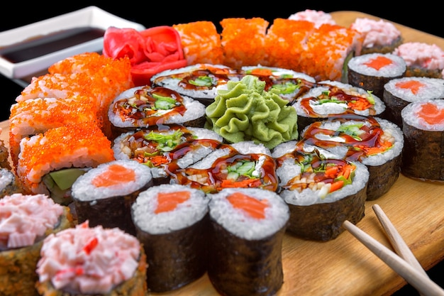 Суши на деревянной доске. ассорти суши