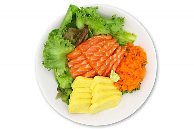 Суши набор сырой лосось сашими, яйцо тобико, яйцо креветки.
