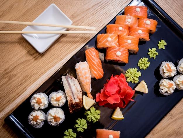 寿司セット。木の板にサーモン、ウナギ、キャビアを巻き。レストラン。