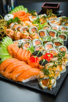 寿司セット。伝統的な日本料理、エレガントな雰囲気の中で飾られた高級寿司。