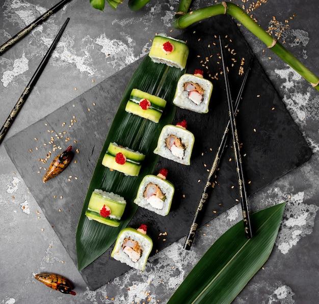 Sushi messi con il cetriolo sul tavolo