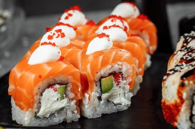 灰色の背景に新鮮な食材をセットした寿司。寿司メニュー。日本食。