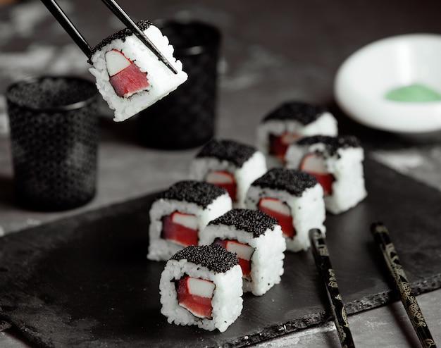 Sushi con riso e caviale nero