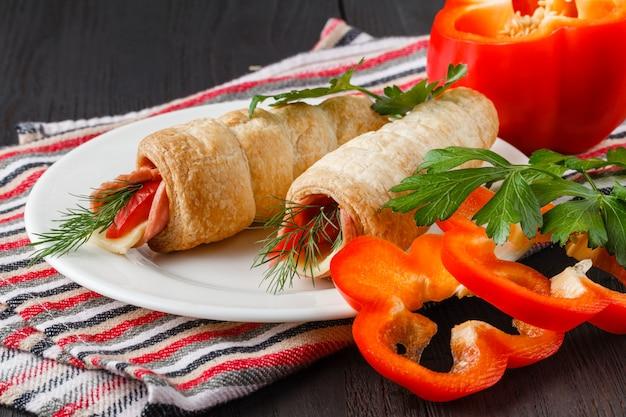 鶏肉のペパロニ、野菜、ナッツの寿司風ラップ