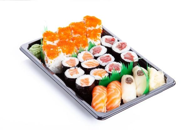 Vassoio di sushi con makis e nigiris di tonno e salmone vista dall'alto