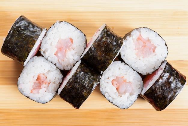 Суши, роллы с тунцом, на доске. для любых целей.