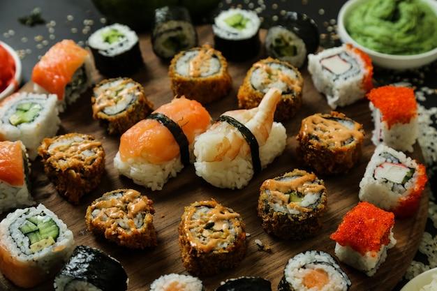 Суши с огурцом, имбирем, васаби и кунжутом