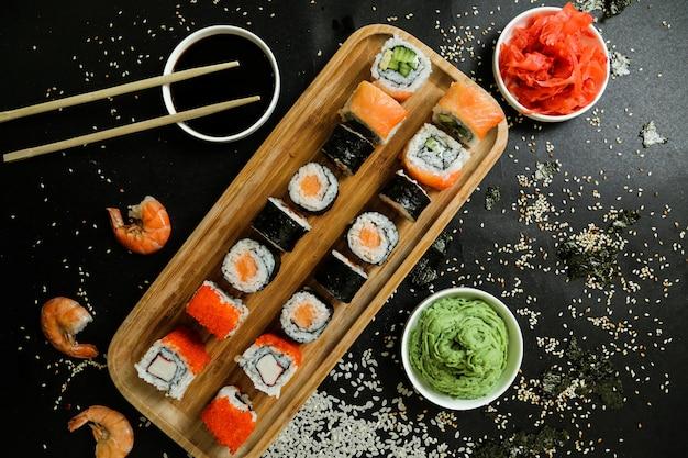 Суши с огурцом, имбирем, васаби, соевым соусом и кунжутом