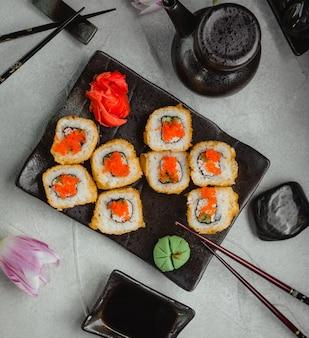 Суши с апельсиновой икрой, имбирем и васаби