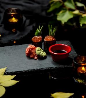 Суши с красной икрой, имбирем, хреном и соевым соусом