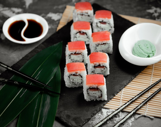 Суши с рисом и лососем на столе