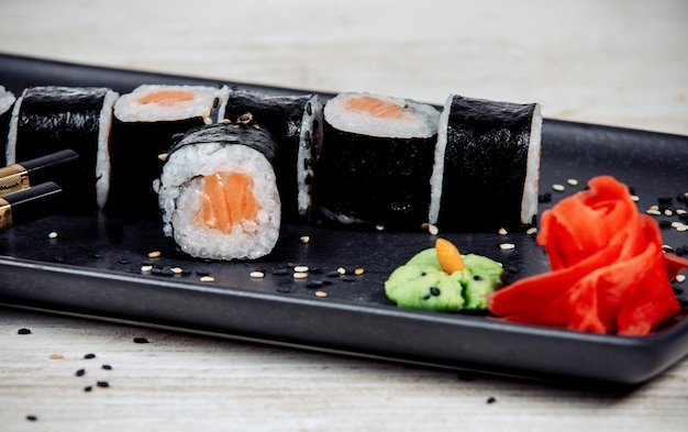 Суши с лососем, имбирем и хреном