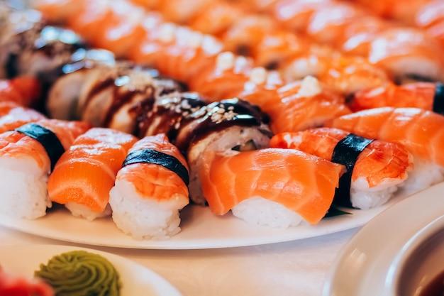 Суши с лососем. белый рис, филе лосося, морские водоросли, сыр филадельфия.