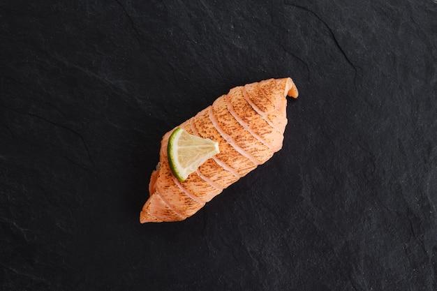 スレートプレートにサーモンのたたきを添えた寿司