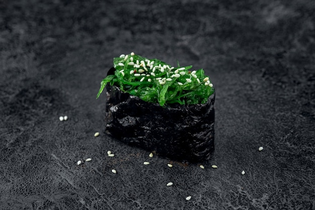돌 배경에 해초와 참깨를 넣은 초밥. 일본 요리 추카 스시, 클로즈업