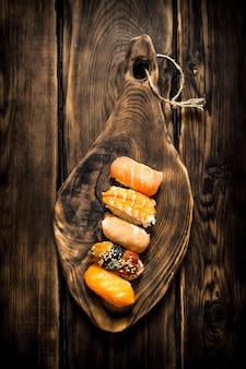 Суши с креветками, угрем и копченым лососем