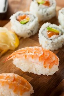 皿にエビを乗せた寿司